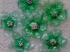 Flores verdes realizadas con botellas de plástico pet y una plancha de ropa