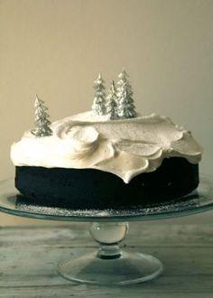 Sjokoladepepperkake med marshmallow glasur -- Chocolate Gingerbread Cake with Marshmallow Icing Holiday Treats, Christmas Treats, Christmas Baking, Holiday Recipes, Christmas Cakes, Christmas Recipes, Holiday Cakes, Christmas Desserts, Dinner Recipes