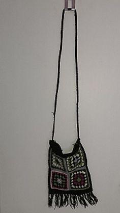 5e23b1f8785843 Kleine Häkeltasche mit langem Henkel und Blumenmuster. Sie wird über einen  Reißverschliss verschlossen. Innen. Kleiderkreisel