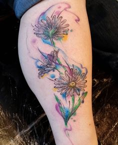The pretty daisy flower tattoos for girls is a chance to highlight individuality, emphasize attractiveness and sexuality. Sunflower Tattoo Simple, Sunflower Tattoo Shoulder, Sunflower Tattoos, Sunflower Tattoo Design, Daisy Tattoo Designs, Daisy Flower Tattoos, Flower Tattoo Back, Daisies Tattoo, Floral Tattoos
