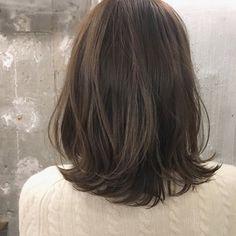 【HAIR】冨永 真太郎さんのヘアスタイルスナップ(ID:341510)。HAIR(ヘアー)では、スタイリスト・モデルが発信する20万枚以上のヘアスナップから、髪型・ヘアスタイル・ヘアアレンジをチェックできます。 Medium Straight Haircut, Medium Hair Cuts, Medium Hair Styles, Long Hair Styles, Asian Hair Lob, Low Maintenance Haircut, Brown Hair Shades, Office Hairstyles, Shot Hair Styles