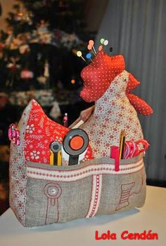 Galinha agulheiro alfineteiro kit costura - stuffed chicken that is also a sewing kit holder Sewing Hacks, Sewing Tutorials, Sewing Patterns, Fabric Crafts, Sewing Crafts, Sewing Projects, Notions De Couture, Chicken Crafts, Creation Couture
