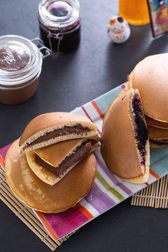 Sono soffici come i #pancakes ma vengono farciti a mò di panino con creme e confetture... i #dorayaki faranno la gioia dei vostri bambini, e non solo! #Giallozafferano #recipe #ricetta #doreamon #Giappone #Japan