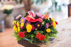 1. Bonito e barato: faça um arranjo com flores delicadas e coloridas que dispensa suportes. Quem pensa que arranjos precisam de vasos ou cachepôs como suporte e que só é possível montar um com plantas sofisticadas e caras engana-se. Edmilson Kaloczi, da floricultura O Florista, ensina como fazer o seu em espuma floral e com flores simples, resistentes e o mais importante, acessíveis. Siga os passos e divirta-se. Fotografia: Leonardo Soares de Souza/ UOL.