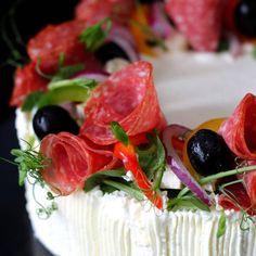 Kreikkalainen voileipäkakku täynnä ihania makuja  Blogissa myls arvonta.. #kreikkalainen#voileipäkakku#salty#breadcake#greek# leivontaa#baking#arvonta#kakkuviikari