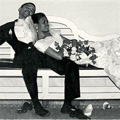 Barack e Michelle Obama tiram os sapatos após dançar muito na noite de casamento (Foto: Reprodução)