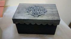 Caixa em textura com estêncil e envelhecida