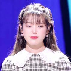 Iu Fashion, Fashion Models, Kpop Girl Groups, Kpop Girls, Hair Straightening Iron, Friend Anime, Popular People, Cute Korean Girl, Silky Hair