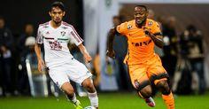 Vagner Love disputa a bola com atleta do Fluminense