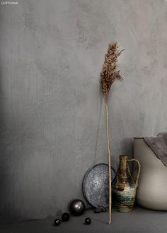 Walls: Mineral White Wash. Daniella Witte er en av Sveriges beste interiørstylister. Se hennes styling hvor hun har tolket sommeren med LADY Minerals Kalkmaling som bakteppe.