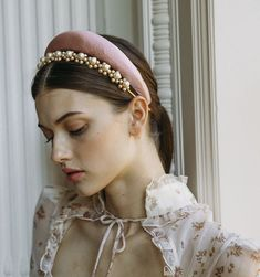 Perfect for every pearl girl, the Constance Headband is polished and charming. Clusters of pearls look romantic in tousled tresses or the perfect amount of prep worn with slicked-back hair. Slicked Back Hair, Headband Hairstyles, Shaved Hairstyles, 60s Hairstyles, Wedding Hairstyles, Elegantes Outfit, Turbans, Hair Jewelry, Bridal Hair