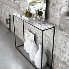 Inspiration Déco // un console en marbre avec des détails blancs et un miroir pour refléter la lumière.