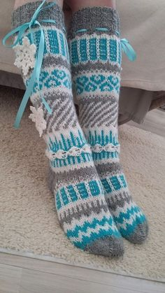 Bilderesultat for anelma kervinen Crochet Bows, Baby Girl Crochet, Crochet Baby Booties, Knit Crochet, Knitting Stiches, Knitting Socks, Knitting Patterns Free, Baby Knitting, Wool Socks