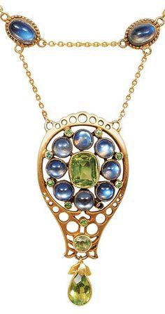 A petite Art-Nouveau moonstone necklace with Peridots, c 1900 | JV