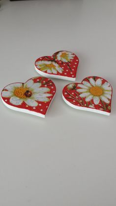 Set of 3 Handmade Heart Shaped Decoupage por WorldOfHandcraft, Valentine Decorations, Valentine Crafts, Valentines, Tole Painting, Painting On Wood, Decoupage Drawers, Slate Art, Cute Paintings, Pearl And Lace