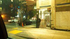 夜のサンフランシスコ。格子のある店が多い地域は危険らしい。