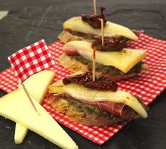 Pintxos (tapas) au jambon basque et fromage Istara - Tapas Recipes, Raw Food Recipes, Appetizer Recipes, Party Appetizers, Irish Recipes, Greek Recipes, Spanish Recipes, Happy Hour Food, Heritage Recipe