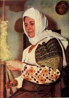 FolkCostume&Embroidery: Costume and Embroidery of Bukovyna, Ukraine, part 1 morshchanka Folk Costume, Costumes, Baba Yaga, Folk Embroidery, Head Wraps, Ukraine, Eastern Europe, Romania, Women