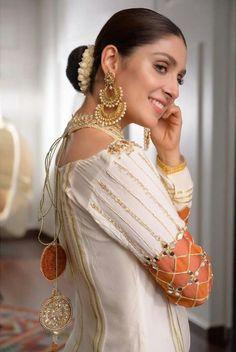 Beautiful Suit, Beautiful Outfits, Classy Suits, Saree Blouse Neck Designs, Ayeza Khan, Dress Indian Style, Indian Designer Outfits, Pakistani Actress, Pakistani Outfits
