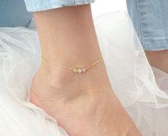 Custom initial dot anklet Triple Coin anklet por LAminiJewelry