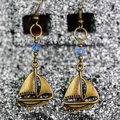 Boucles d'oreille petit bateau et perle bleue