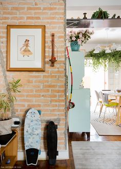 A parede de tijolinho dá ar acolhedor à sala de estar dessa casa de vila em São Paulo.