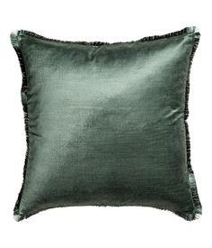H&M Ett mossgrönt kuddfodral i bomullsblandad sammet med franskanter. Dold dragkedja. 50 x 50 cm. 59% bomull, 41% viskos. Maskintvätt 30˚ 149 SEK