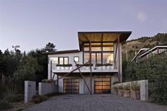 Berkeley-based studio WA Design has designed the Stinson Beach House. This 1400 square foot stunning modern rustic Stinson beach house located in near San Francisco, California. This house A bit more casual/rustic along with modern style. Stinson Beach, Modern Properties, California Homes, California Beach, California Living, Miami Beach, Metal Building Homes, Green Building, Beach House Decor