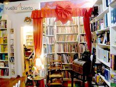 Vuelta abierta: Si alguna vez cumpliera mi sueño de tener una librería infantil, me gustaría que fuera como esta: http://www.vueltaabierta.blogspot.com.es/2012/05/el-dragon-lector-madrid.html