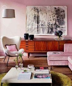 ピンクの壁とインテリア家具のお部屋も、落ち着きのあるモダンなポスターとボードを組み合わせると甘さを抑えて大人キュートな演出
