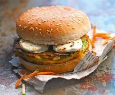 Here is a recipe for preparing a vegetarian goat burger. It's a balanced sandwich that can be enjoyed as a snack or during a brunch. Burger Recipes, Veggie Recipes, Chicken Recipes, Vegan Vegetarian, Vegetarian Recipes, Healthy Recipes, Hamburger Vegetarien, Burger Co, Cheese Burger