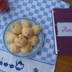 Bom dia. Com pão de queijo e um caderno de receitas lindão.  #aroman  #aromanatelie #artesanal  #feitoamao  #bomdia  #instafood  #receitas #recipes #handmade  #homemada #delicia #cadernodereceitas.