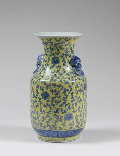 Vase en porcelaine à décor de rinceaux en bleu sous couverte sur fond jaune. Têtes de lions bleu à la base du col CHINE - Fin du XIXe siècle Tongzhe vers 1900  H: 35.0 cm Adjugé: 300 €
