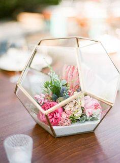 Terrarium doré remplis de fleurs