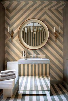 Listras em diferentes direções surtem um lindo efeito nesse #banheiro ! Os espelhos dão o toque final!