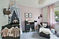 Ett av tre sovrum på entréplanet, perfekt för småbarnsfamiljen. Bronsgjutaregatan 17 - Bjurfors