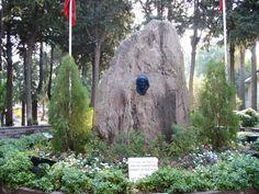 Gazi Mustafa Kemal Atatürk'ün annesi Zübeyde Hanım'ın  İzmir'in Karşıyaka İlçesindeki mezarı.Yunanistan sınırlarındaki Selanik kentine bağlı Langaza'da 1857 yılında doğan Zübeyde Hanım, yerleştiği İzmir'de 14 Ocak 1923 tarihinde 66 yaşındayken hayata gözlerini yumdu.