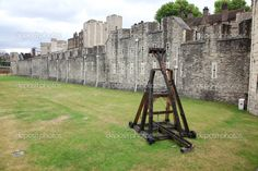 Battle catapult in The Tower of London, medieval castle and pris Catapult, Tower Of London, Medieval Castle, Tudor, Editorial Photography, Prison, Castles, Stock Photos, Life