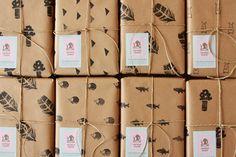 making handmade wrapping paper for books, notebooks or gifts כך תכינו את ניירות העטיפה הכי יפים בכיתה | naamasimanim.co.il