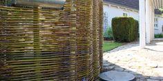 DIY fence, text in Danish, HAVEFOLKET: FLET ET NEMT HEGN AF PIL