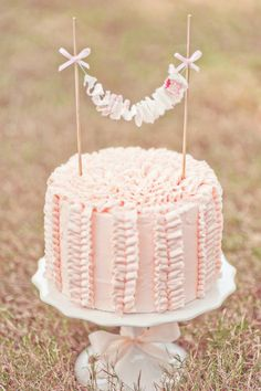 Pale pink ruffle bunting & pale pink ruffle icing - perfection.  http://piccolielfi.it