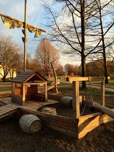 Spielschiff mit Sandaufzug und Fässern Firewood, Texture, Crafts, Image, Elevator, Barrel, Kids, Surface Finish, Woodburning