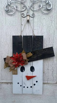 Distressed Pallet Snowman by CurlyQsCreation on Etsy