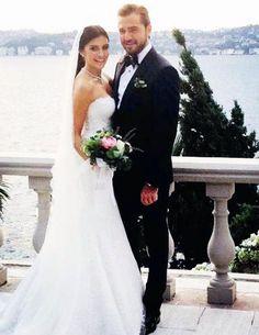 """NESLİŞAH ALKOÇLAR ENGİN ALTAN DÜZYATAN INSTAGRAM'DAN CANLI YAYINDA EVLENDİLER Düğünden notlar Neslişah Alkoçlar, düğünden ilk fotoğrafı Insagram'a """"Yeni hayatımın başlangıcı"""" notuyla yükledi. Engin Altan Düzyatan da aynı kareyi kendi hesabından paylaşarak altına """"Hayat sevince güzel..."""" yazdı."""