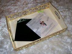 VENDIDA - Peça em MDF , com pintura a mão , foi usado como decoração o Envelope/convite de casamento com seus detalhes , acabamento interno com vidro e cantoneiras de metal externas ( pezinhos ) . Peça totalmente impermeabilizada. Medidas: Altura: 9.00 cm Largura: 25.00 cm Comprimento: 40.00 cm Preço $ 110,00 + frete