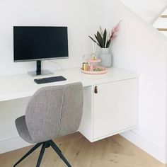 Een op maat gemaakt thuis werkplekje • Interieur design by nicole & fleur • #maatwerkmeubels #maatwerkinterieur #lovetodesign #interieurdesign #designdesk #designbureau #thuis #thuiswerk #thuiswerken #bureaudesign #thuiswerken #maatwerkontwerp #maatwerkdesign #interieurdesignbynicoleenfleur • Bureau Design, Office Desk, Corner Desk, Furniture, Home Decor, Corner Table, Desk Office, Decoration Home, Desk