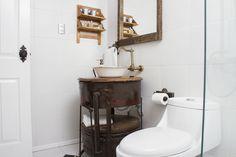 El mueble de baño es una antigua fragua con fuelle incorporado para avivar el carbón y así calentar los metales. #baño #hotelboutique #chile #magallanes #travel #puntaarenas