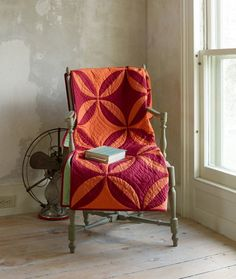 love the colours -- Quilt from Denyse Schmidt´s book Modern Quilts Traditional Inspiration shown on The Purl bee Schmidt, Quilting Projects, Quilting Designs, Quilting Ideas, Modern Quilting, Sewing Projects, Craft Patterns, Quilt Patterns, Orange Quilt