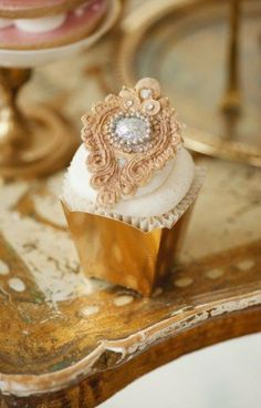 Connie's Cupcakes - most beautiful cupcake! I know it is just a cupcake.but it is kind of amazing enough to be a bossy cake. Pretty Cupcakes, Beautiful Cupcakes, Yummy Cupcakes, Elegant Cupcakes, Fancy Cupcakes, Cupcake Art, Cupcake Cookies, Vintage Cupcake, Cupcake Fondant