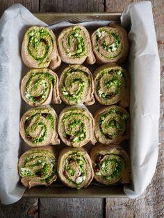 Kan en bli lei snurrer? Nei, det kan man faktisk ikke. Her kommer derfor nok en oppskrift på snurrer – hils på grove pestosnurrer med fetaost og oliven. Du kommer til å elske de, garantert. Utgangspunkt er igjen den berømmelige spinatpestoen. Spinatpesto er en enkel sak å diske opp med og noe jeg ofte har [...]Read More... Norwegian Food, Norwegian Recipes, Cucumber, Tapas, Zucchini, Sushi, Food And Drink, Pizza, Snacks